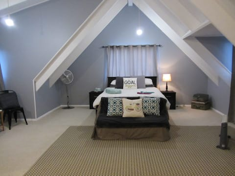 The Loft - with Private Bathroom, Breakfast, Wi-Fi
