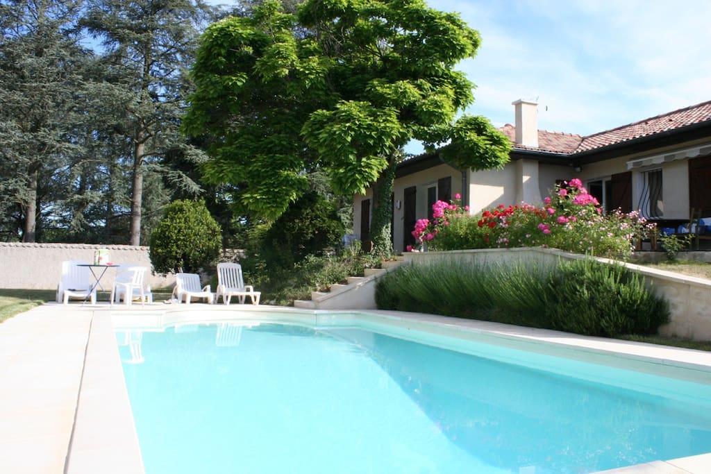 La campagne en ville houses for rent in sainte foy l s for Pool show lyon france