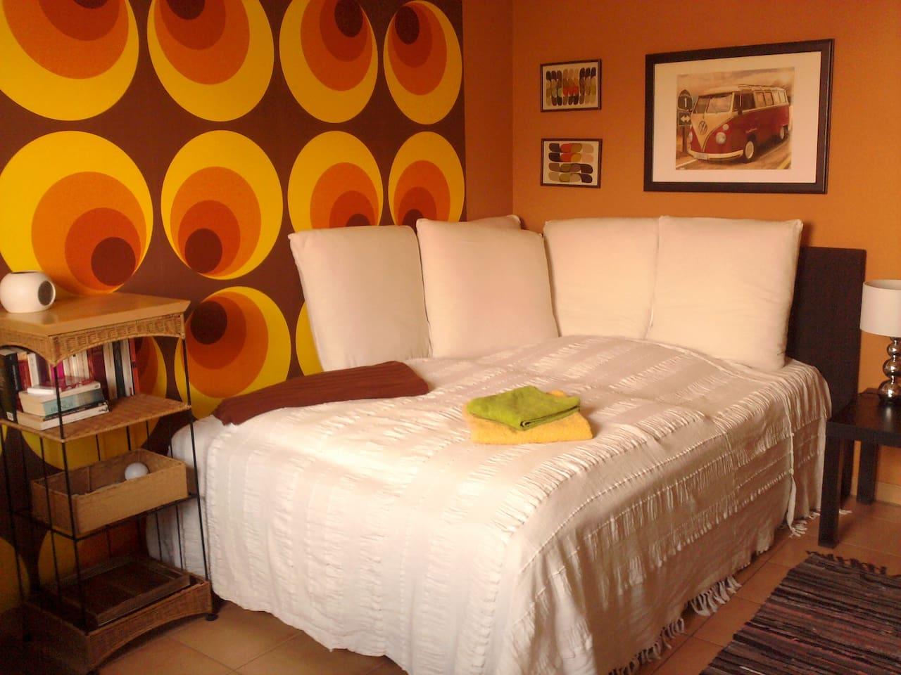 dein Bett: 140 breit, nicht nur zum Schlafen, sondern auch als Riesensofa geeignet / your bed: 140 cms wide, not only a place to sleep but also a huge sofa!