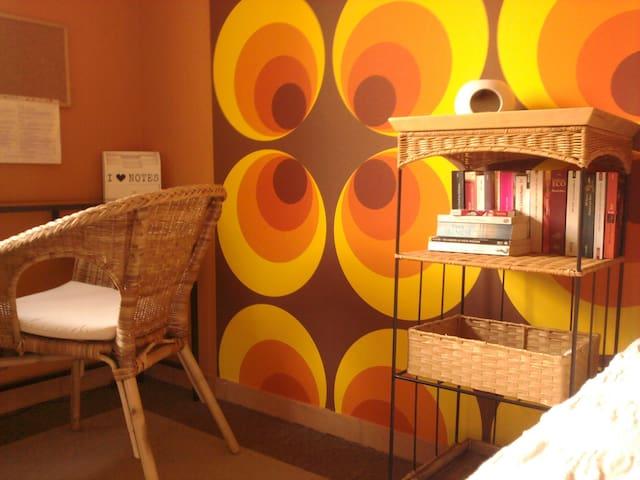 ein Platz zum Arbeiten oder Surfen im Internet, Bücher für Leseratten / a place to work or surf the web, books for bookworms