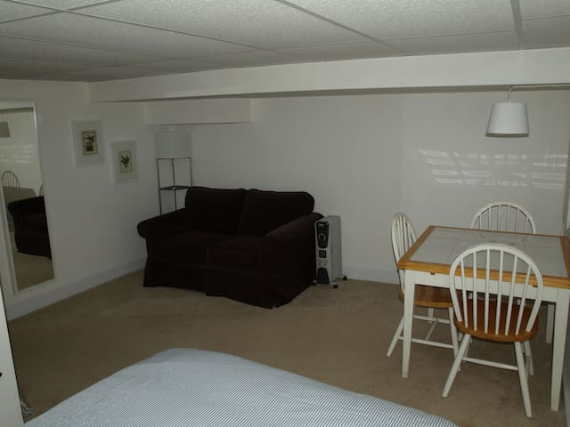Quiet, private studio next to Zoo, shops, and bus