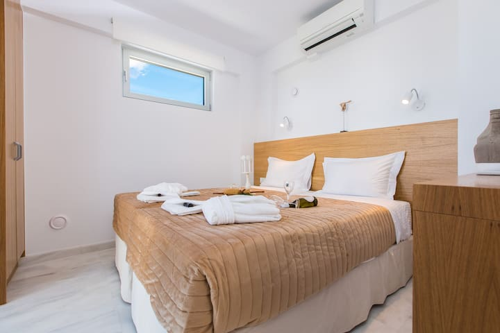 Bedroom with 2 single beds on the ground floor