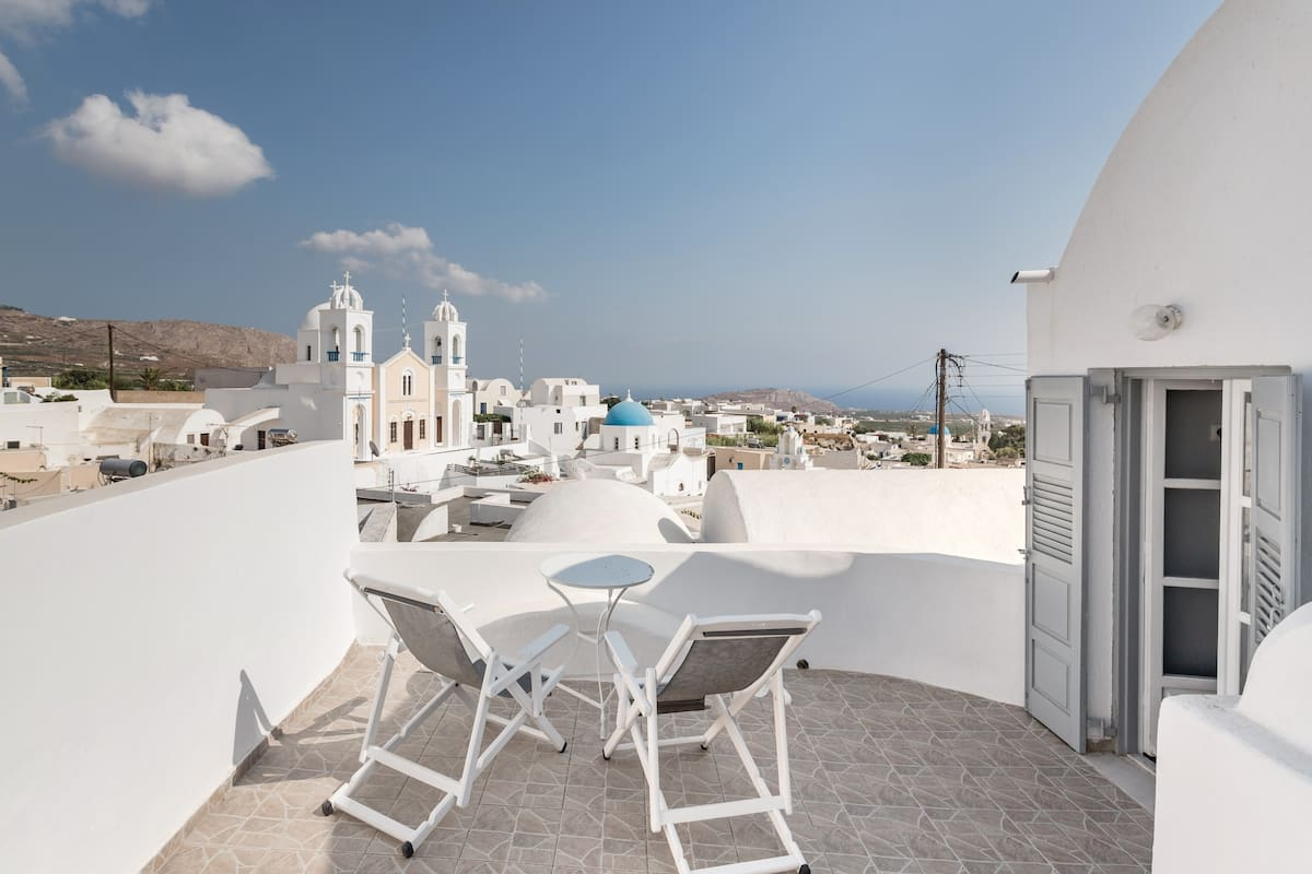 Minimalist Cycladic Architecture Home with Pool