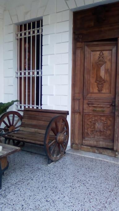 Entrada principal de la casa colonial..
