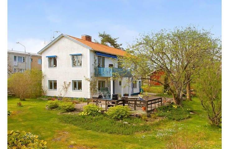 Hus i idylliskt fiskeläge och skärgårdsmiljö