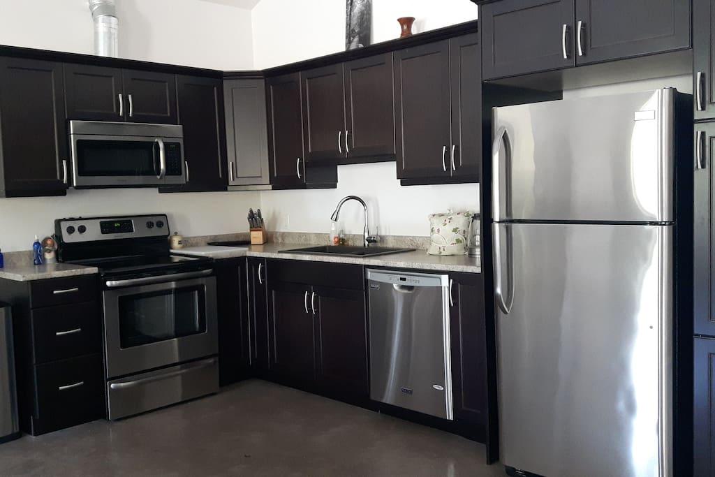 Common Room full kitchen.