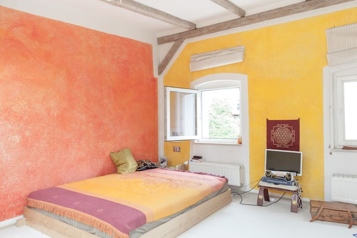 Yellow Room in sonniger Yogawohnung