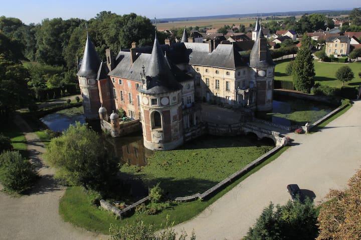 """Chateau Longecourt """"L'Angélique""""  - Longecourt-en-Plaine - Гестхаус"""