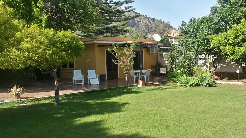 rose's cottage (800 mt dal mare) - Palermo - House