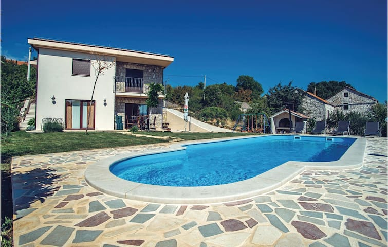 Holiday cottage with 4 bedrooms on 180 m² in Imotski