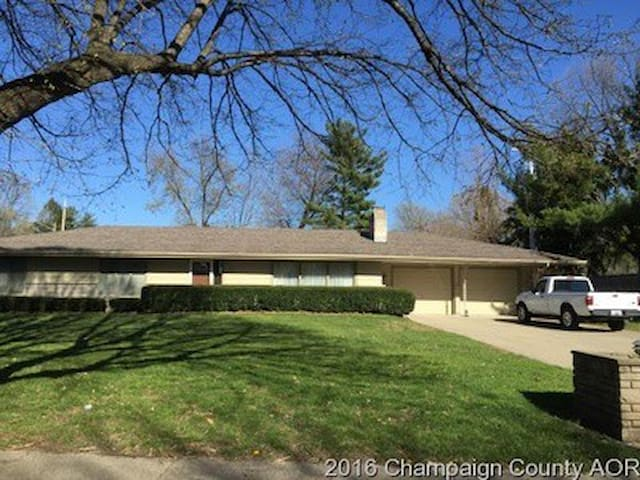 Lovely ranch home close to U of I. - Champaign - Hus