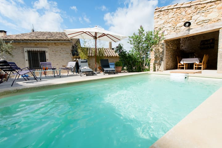 Stone house & entirely private pool near Avignon
