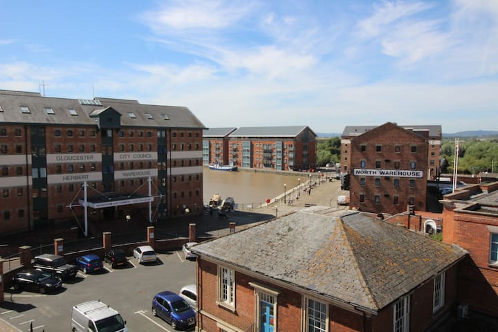 2 bed Gloucester docks with parking and Balcony - Gloucester - Apartment