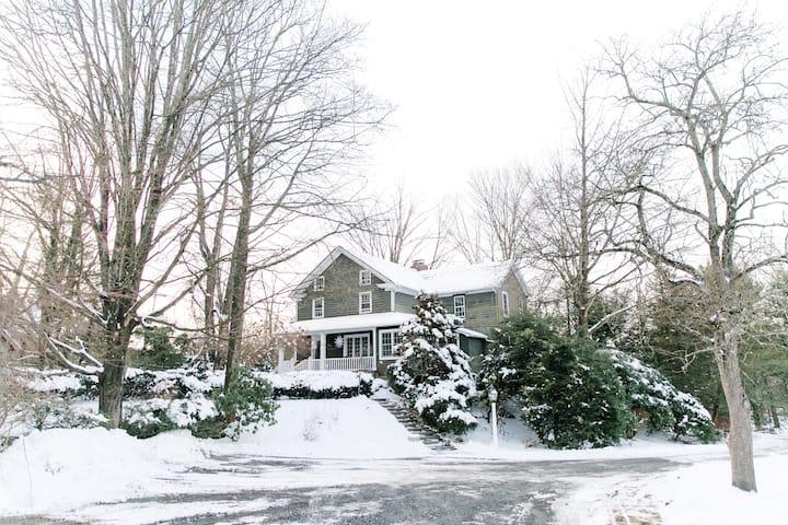 Ski House on 3 acres w/ stream, hot tub & firepit