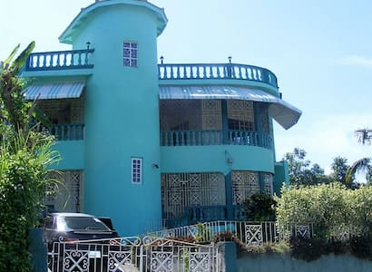 Topaz Dream Palace, Resident Hosts, 2 suite, 4 brm - Montego Bay - Bed & Breakfast