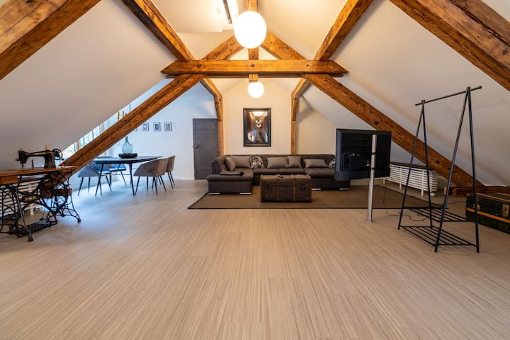 LARGE ART LOFT - Central, Bright & Newly Renovated