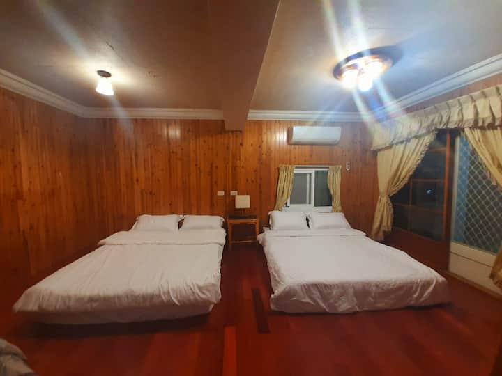 一樓 四人房 (目前網路無法預定房間 請撥打電話0911616676 高先生 訂房