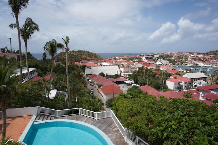 Swimming Pool, Al Fresco Dining, Walking Distance to Shops, Restaurants and Shell Beach
