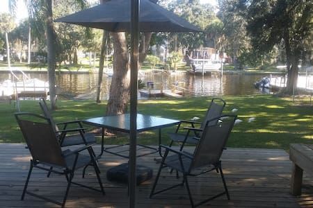 Cozy Waterfront Bungalow - New Port Richey
