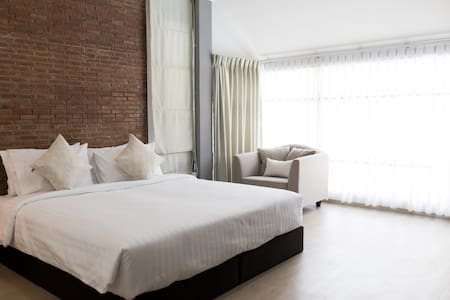 Siri Room - 1 x Kingsize Bed, Private Bathroom, Aircon and Pool View