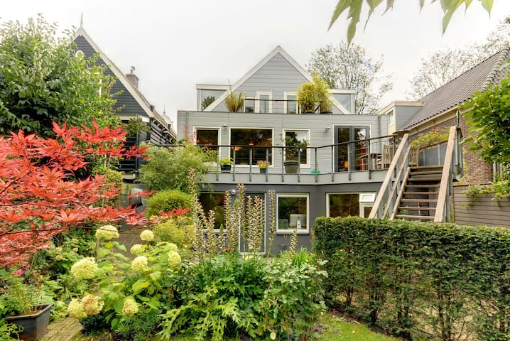 Large luxury studio 50m2, lush garden