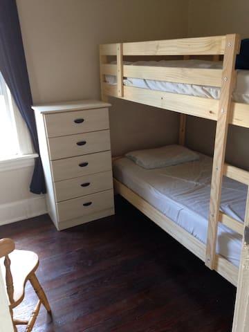 Private bedroom, near Blue line 'L' train
