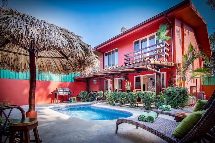 La Casa Roja-wonderful 3 bdrm, pool, walk to beach