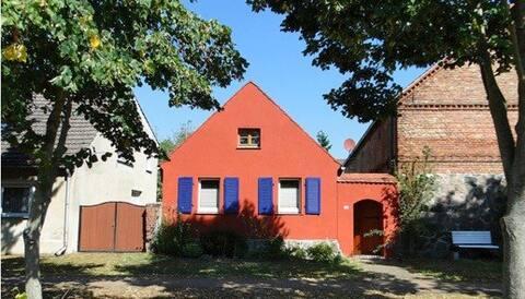 Casa de pastor com jardim murado tranquilo