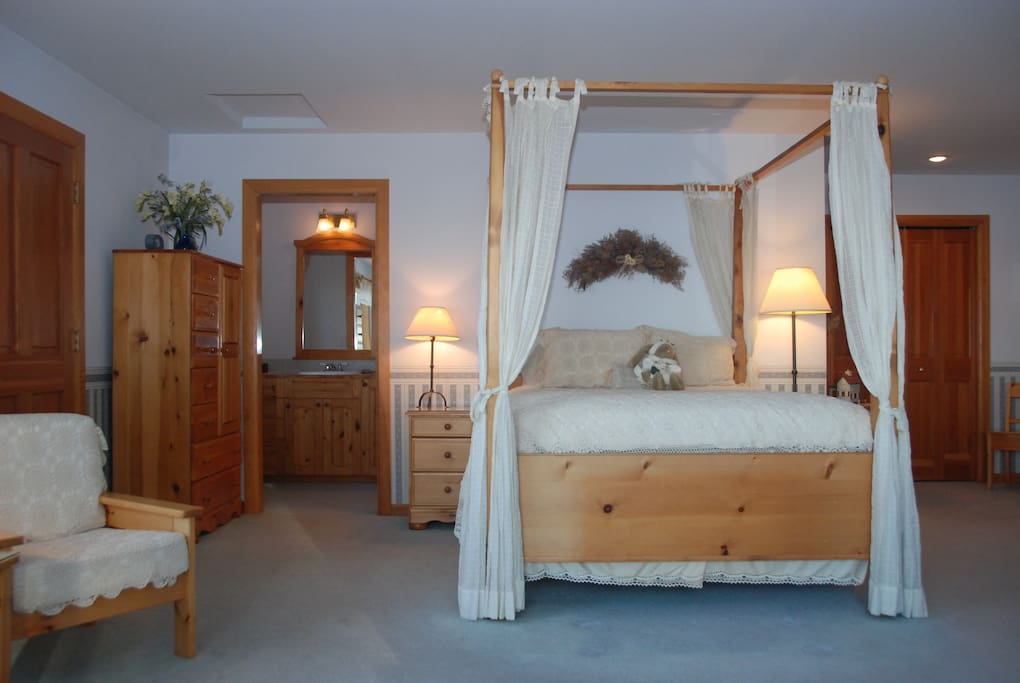 Queen size four poster bed with en suite full bathroom.