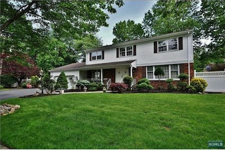 Large, Quiet Area & Clean Home - 30 mins from NYC - Paramus - Rumah