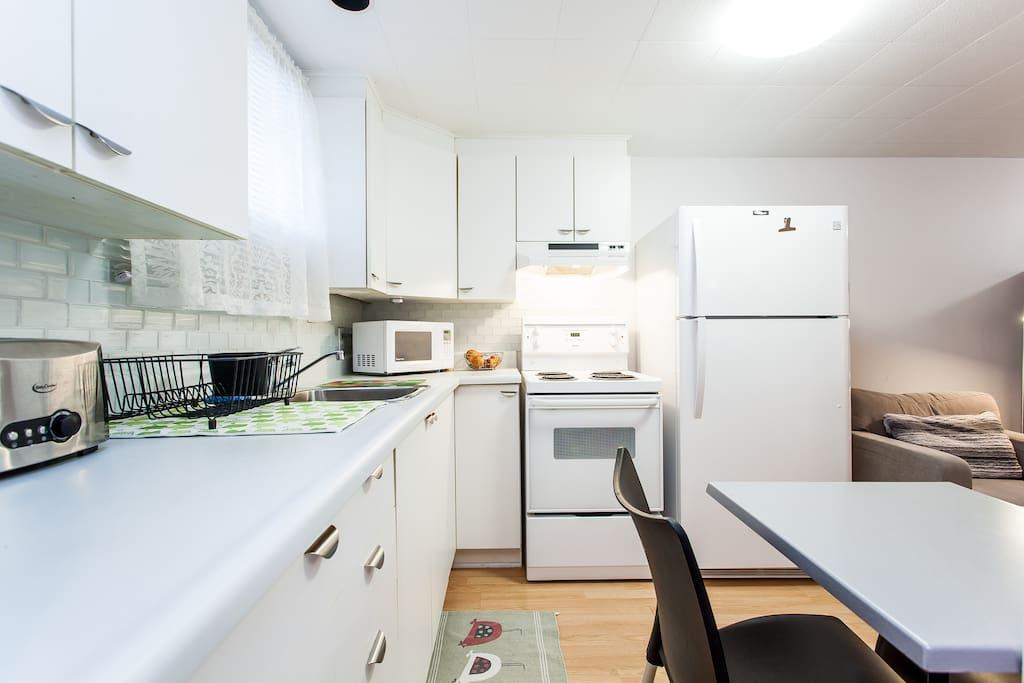 Espace cuisinette avec électroménagers neufs