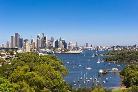 Everchanging water & city view - Waverton - Apartamento