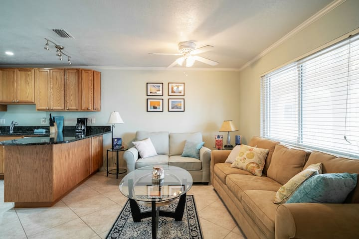Amazing condo minutes from the beach, heated pool!