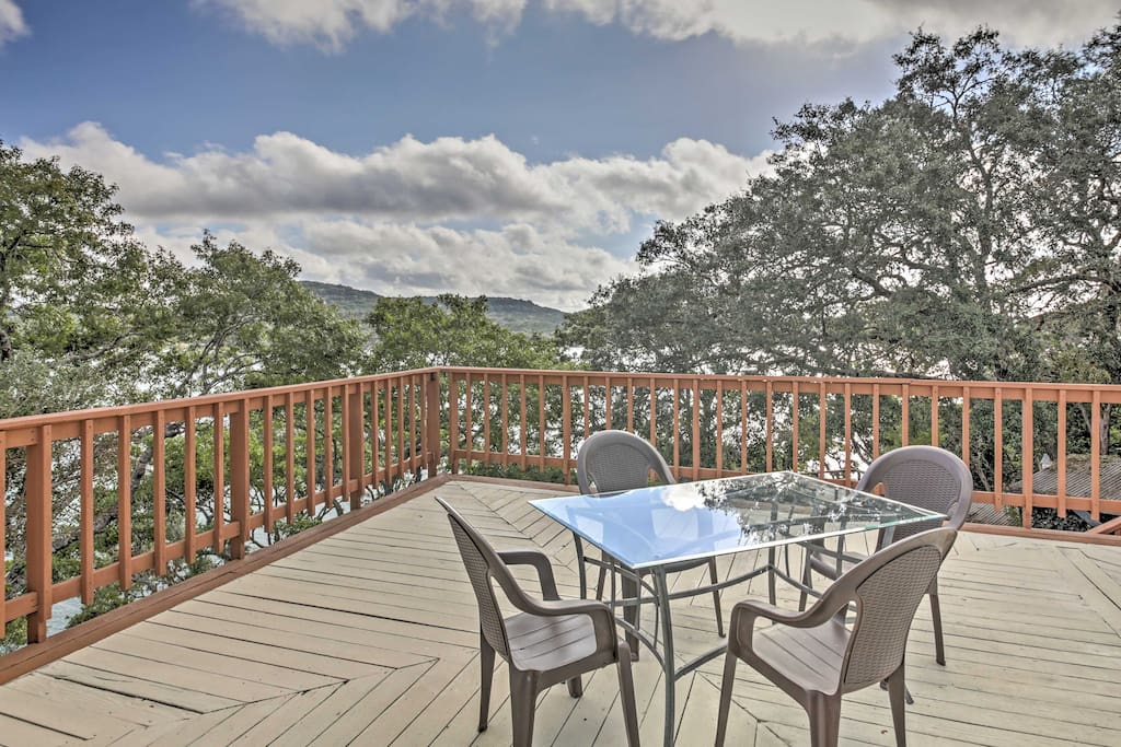 You'll love spending time on the spacious furnished deck, overlooking the pristine Medina Lake waters.