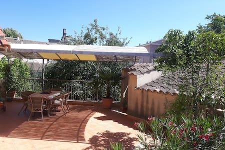 maison coeur de village avec jardin - La Tour-d'Aigues