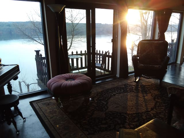 Distinctive Owasco Lakefront Home -Pet Friendly!