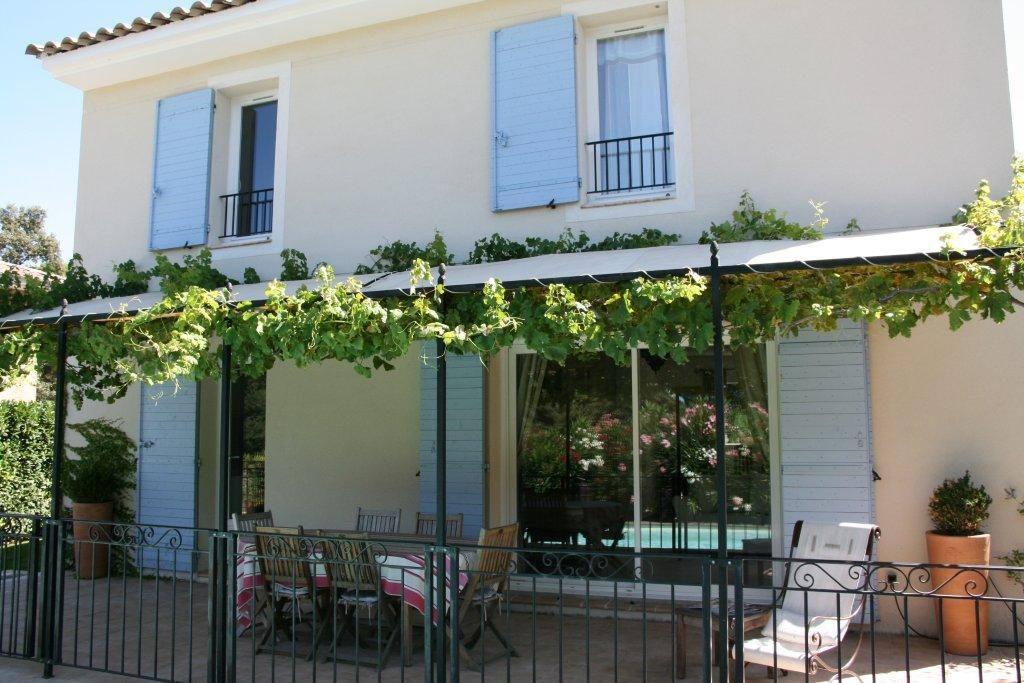 Villa piscine provence lambesc houses for rent in for Piscine salon de provence