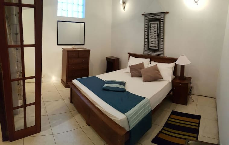 Daisy Villa - Spacious, bright, en-suite bedroom - Sri Jayawardenepura Kotte - Talo