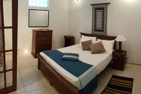 Daisy Villa - Spacious, bright, en-suite bedroom - Sri Jayawardenepura Kotte