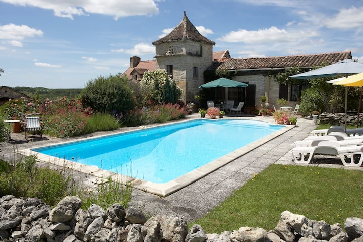Gîte West for 4.  2 bedrooms.  Near Caylus. Pool