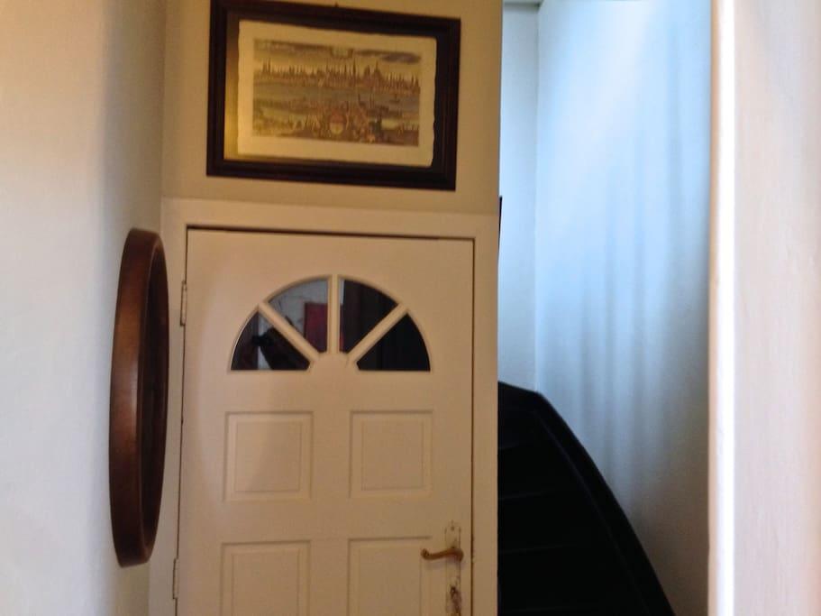 Esszimmer; Küche und Büro unten, Schlaf- und Wohnzimmer oben.
