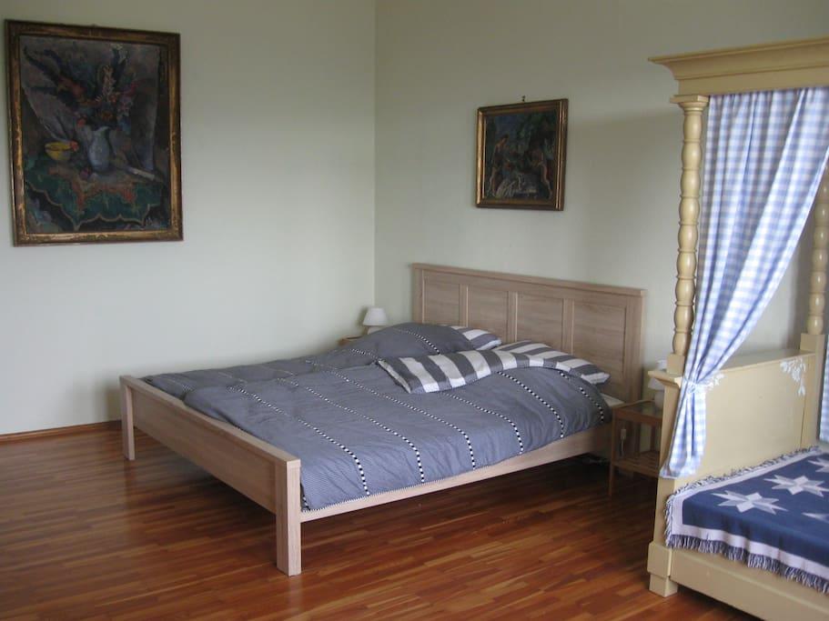 Schlafzimmer 1 mit  Talblick...