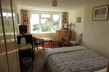 Quiet Sunny Room with Sea Views - Nr Weymouth - Bed & Breakfast