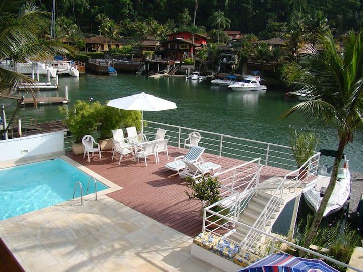 Maravilhosa casa de canal com pier em Portogalo