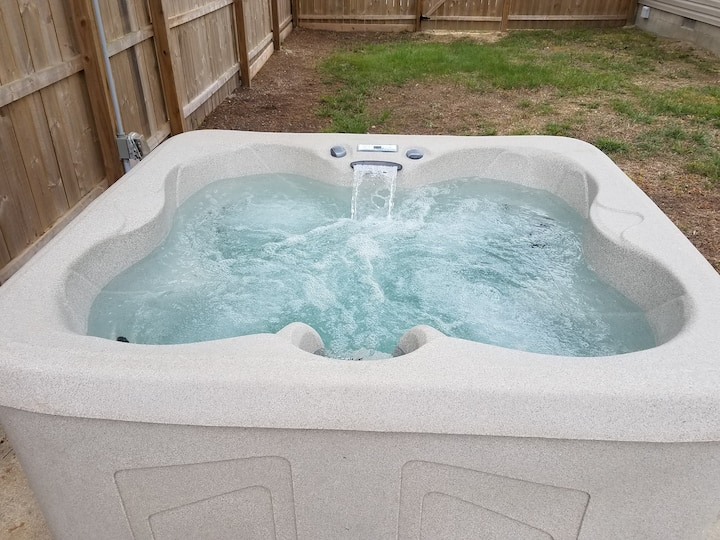 Newly renovated, DOG friendly, Fenced Yard, Hottub