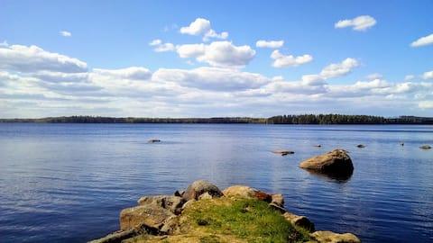Afgelegen off-grid huis aan het meer met boot en sauna