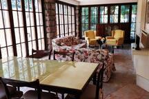 Soggiorno-veranda con sala da pranzo