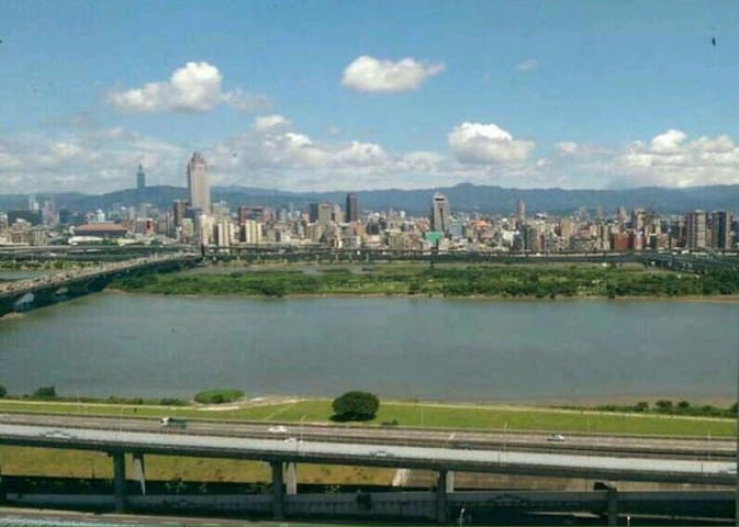 Best view and 10 minute bus ride from Taipei Main - Sanchong District - Leilighet