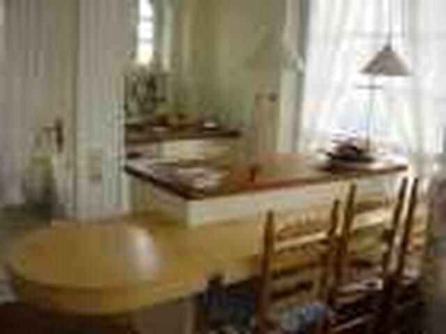 Essbereich mit ausklappbarem Tisch