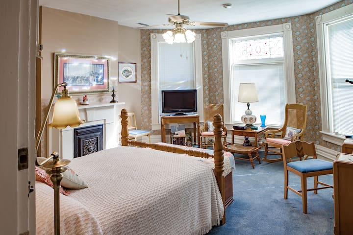 4 Sunset Park Queen-Upstairs-L&N Bed and Breakfast